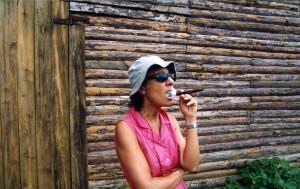 Donna fuma il sigaro