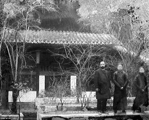 Giovanni Vacca con due cinesi