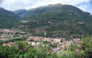 Panorama dal sito rupestre, in alto a sinistra Pescarzo