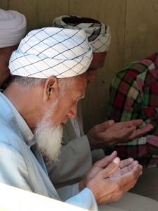 Uomini in preghiera P1060429